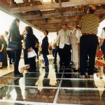 Vernissagepublik på glasgolvet i utställningen